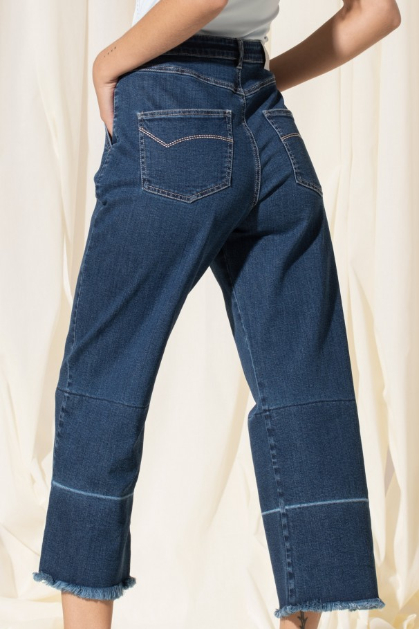 Jeans with frayed hems