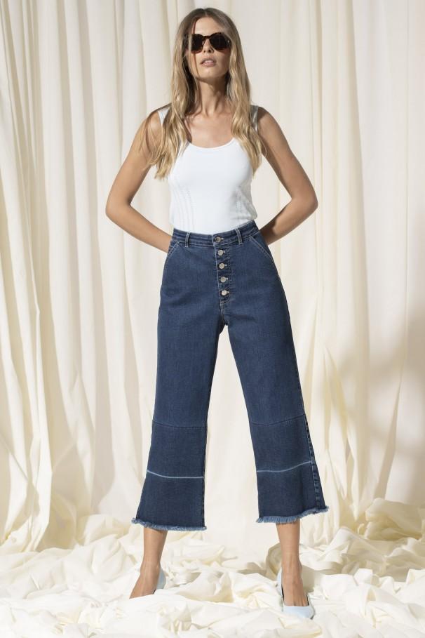 Jeans com bainhas desfiadas